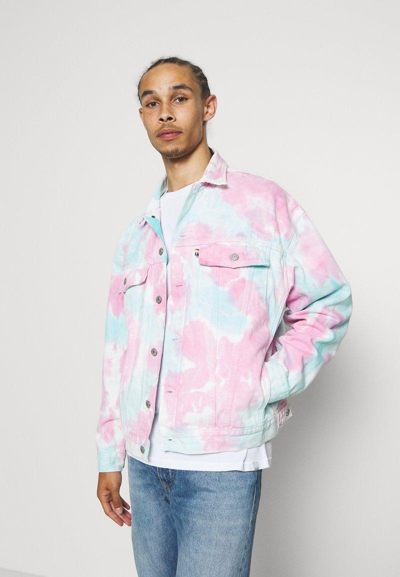 Levi's® - PRIDE OVERSIZED TRUCKER JACKET - Let jakke / Sommerjakker - pride faded tie dye