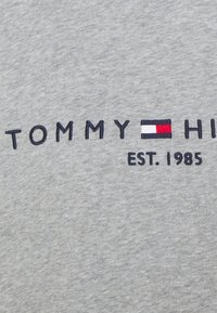 Tommy Hilfiger - REGULAR HOODIE - Sweatshirt - light grey heather - 6