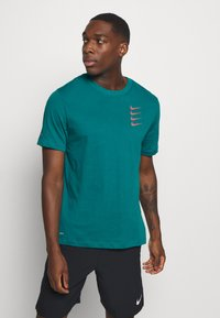 Nike Performance - TEE PROJECT  - T-Shirt print - bright spruce - 0