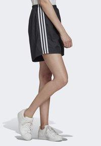 adidas Originals - LONG SHORTS - Teplákové kalhoty - black - 2