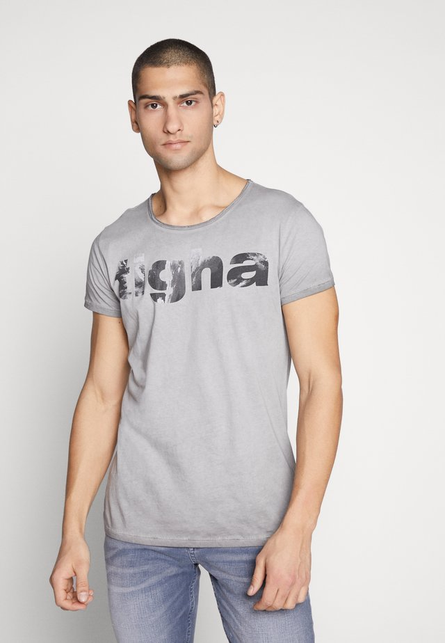 TIGHA LOGO WAVES - Print T-shirt - vintage grey