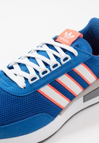 adidas Originals - RETROSET - Trainers - blue/footwear white/solar red - 5