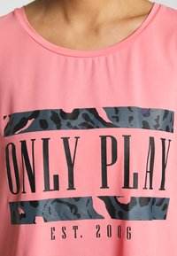 ONLY PLAY Petite - ONPMARIKA SHORT TRAINING TEE - Camiseta estampada - strawberry pink turbulence - 4