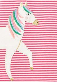 Tom Joule - Day dress - rosa drei pferde - 3