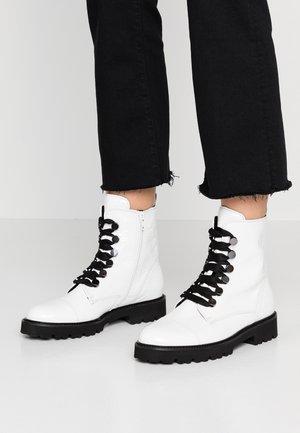 Platform ankle boots - weiß/schwarz