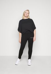 Missguided Plus - PLUS SIZE BRANDED - Leggings - Trousers - black - 1