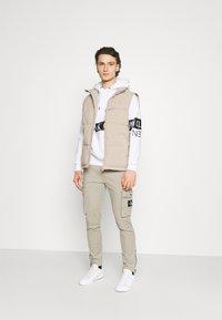 Calvin Klein Jeans - MIRRORED LOGO HOODIE UNISEX - Sweatshirt - bright white - 1