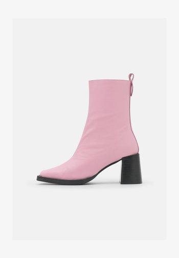 HOLLY - Kotníkové boty - feeling pink