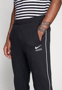 Nike Sportswear - Nike Sportswear DNA French-Terry-Jogger für Herren - Træningsbukser - black/white - 6