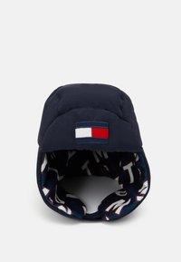 Tommy Hilfiger - BIG FLAG PUFFER HAT - Čepice - blue - 0