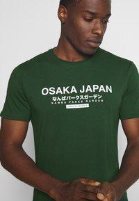 Pier One - OSAKA TEE - Print T-shirt - green - 3