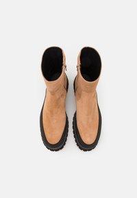 Paloma Barceló - BRENDA - Kotníkové boty na platformě - nocciola - 4