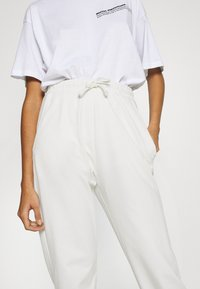 Missguided - OVERSIZED JOGGER - Tracksuit bottoms - cream - 4