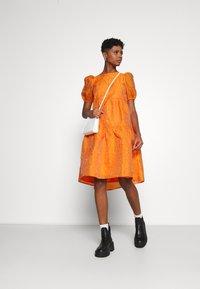 YAS - YASSOLERO HI LOW DRESS - Vardagsklänning - orange peel - 1