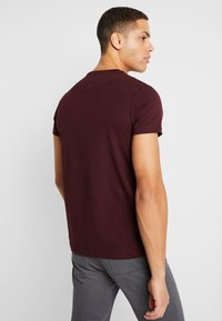 Tommy Hilfiger - SLIM FIT TEE - Triko s potiskem - red - 2