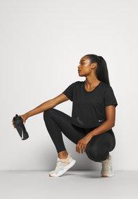 Nike Performance - T-Shirt basic - black/white - 3