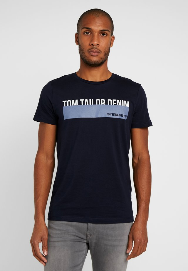 T-shirt med print - sky captain blue