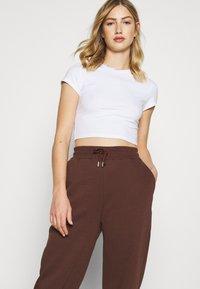Nly by Nelly - PERFECT SLOUCHY PANTS - Pantalon de survêtement - brown - 3
