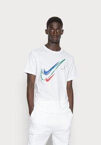 Nike Sportswear - TEE - T-shirt med print - white - 0