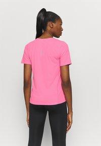 Nike Performance - CITY SLEEK - Camiseta estampada - pink glow/silver - 2