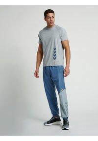 Hummel - CALEB - T-shirt med print - grey melange - 4