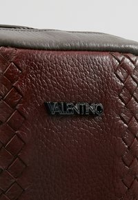 Valentino by Mario Valentino - ERIC - Olkalaukku - grey/bordeaux - 5