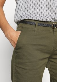 Scotch & Soda - WITH BELT - Chinos - military - 4
