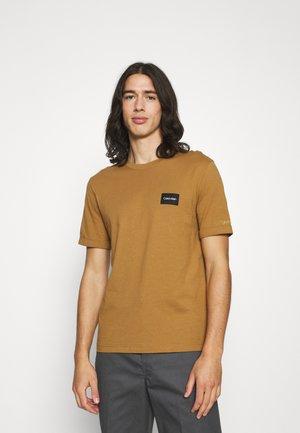 TURN-UP SLEEVE BADGE - T-shirt - bas - caramel