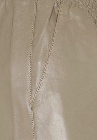 JUST FEMALE - ROY TROUSERS - Pantalon en cuir - grey - 6