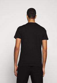 PS Paul Smith - MENS SLIM FIT ZEBRA CLIMB - Print T-shirt - black - 2