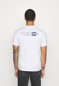 Levi's® - TEE UNISEX - T-shirts med print - white - 2