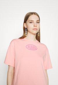 Von Dutch - ARI - Print T-shirt - peach - 6
