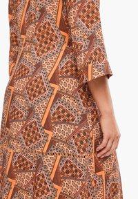 Triangle - MIT WICKELEFFEKT - Day dress - orange aop - 4