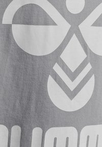 Hummel - HMLLTRES - T-shirt imprimé - grey melange - 2