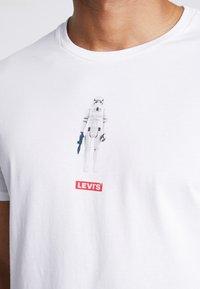 Levi's® - LEVI'S® X STAR WARS GRAPHIC - Print T-shirt - stormtrooper white - 4