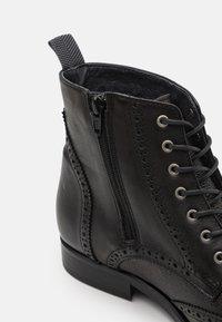 Shelby & Sons - HOCKLEY BROGUE BOOT - Šněrovací kotníkové boty - black - 5