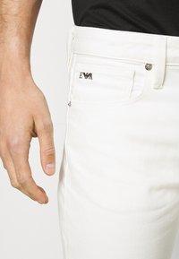 Emporio Armani - 5 POCKETS PANT - Džíny Slim Fit - white - 3