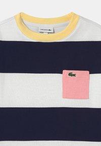 Lacoste - Camiseta estampada - flour/navy blue - 2