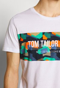 TOM TAILOR DENIM - Printtipaita - white - 4