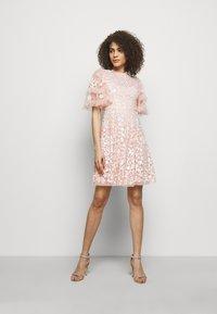 Needle & Thread - AURELIA MINI DRESS - Sukienka koktajlowa - strawberry icing - 1