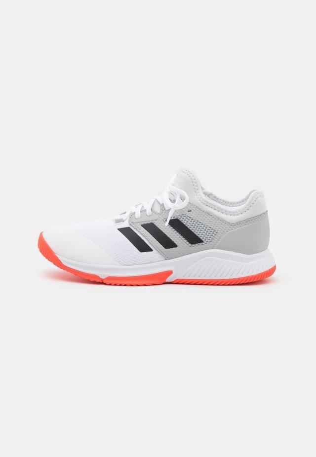 COURT TEAM BOUNCE INDOOR SHOES - Käsipallokengät - footwear white/core black/solar red