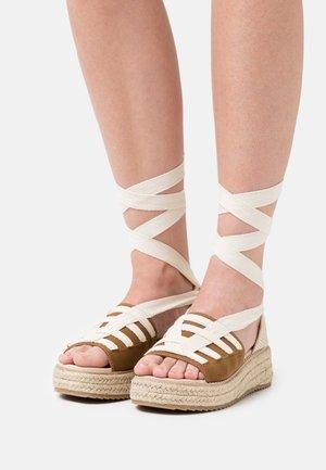 FORTUNE - Korkeakorkoiset sandaalit - brown