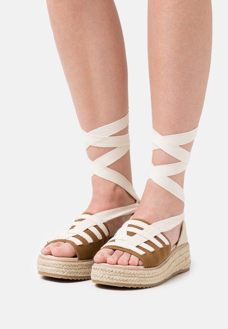 Emmshu - FORTUNE - Korkeakorkoiset sandaalit - brown