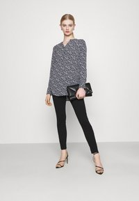 Vero Moda - VMHONNISEVEN PUSH UP - Jeans Skinny Fit - black - 1