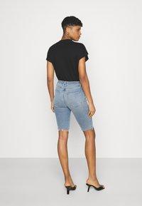 Good American - BERMUDA SHORT FRAY HEM - Denim shorts - blue - 2