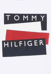 Tommy Hilfiger - STICKER TEE  - T-Shirt print - white - 3