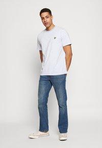 Lyle & Scott - BRETON STRIPE  - T-shirt med print - pool blue/ white - 1