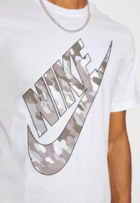 Nike Sportswear - TEE CLUB CAMO - Camiseta estampada - white/grey fog - 4