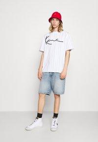 Karl Kani - UNISEX SIGNATURE LOGO TEE - Print T-shirt - white - 1