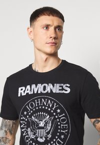 Only & Sons - ONSRAMONES FRONT PRINT TEE - Print T-shirt - black - 3
